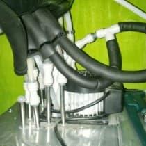Монтаж на пять Крионисов на одном охладителе. Виден тройник для распределения холодной воды на два контура.
