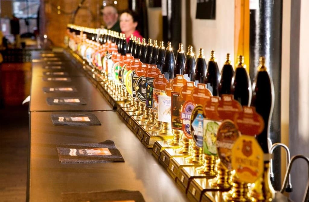 Обычное дело: ассортимент крафтового пива на кранах в американском баре